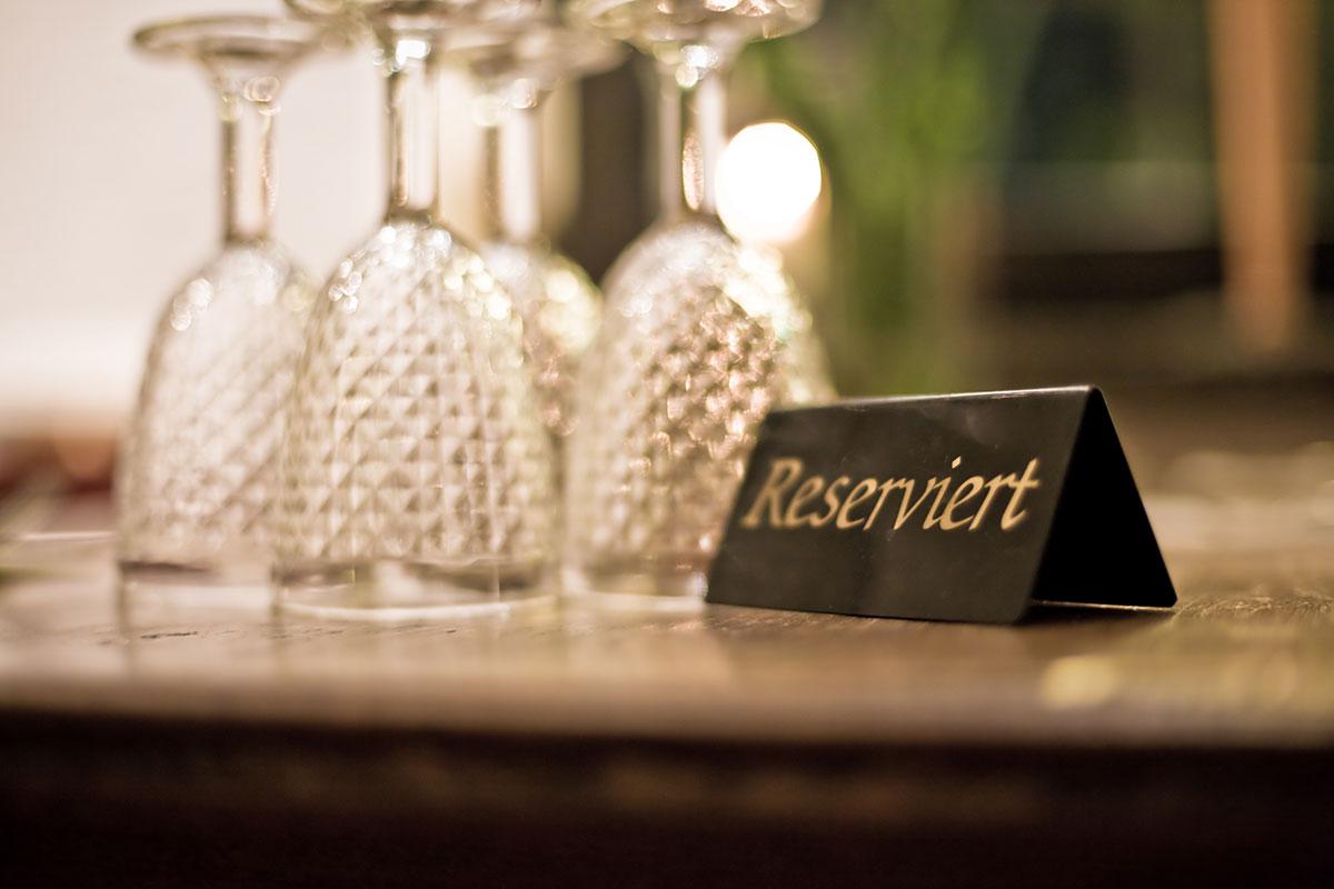 Reservierter Tisch mit Gläsern gedeckt