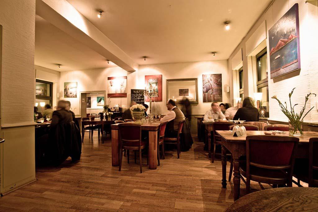 Sicht in den Restaurantbereich, mit Gästen, schönes Ambiente